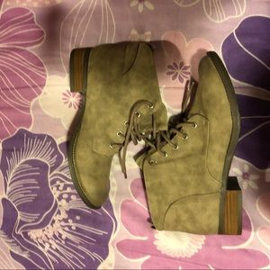 Shoes - NWOT Taupe Booties